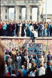 BerlinWall-BrandenburgGate-1989-Nov-09